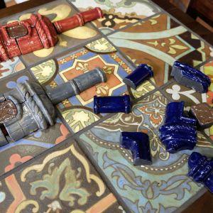 Na stoisku Heritage zorganizowano mały konkurs – goście mogli na czas ułożyć z puzzli miniaturkę pieca ceramicznego. Fot. PTWP