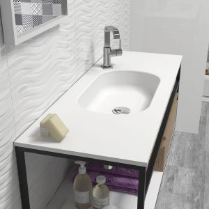 Jasne płytki do łazienki: trendy na 2018 rok.  Producent: Bath, kolekcja Everest-encimera. Fot. Bath