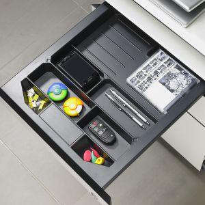 W biurowym piórniku Systema Top 2000 przejrzyście poukładamy drobne akcesoria, spinacze, tusz, kolorowe karteczki czy przybory do pisania. Fot. Hettich