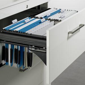 Wygodne ramy Systema Top 2000, na których można zawiesić teczki z dokumentami, pozwolą perfekcyjnie zorganizować domowe biuro. Fot. Hettich
