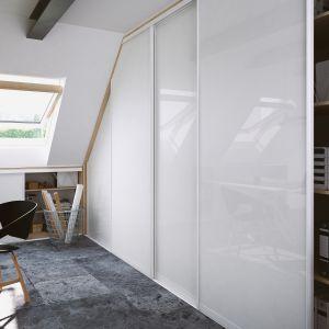 Profile Szafir pozwalają na stworzenie designerskiej zabudowy również w niewielkich i trudnych do umeblowania pomieszczeniach na poddaszu użytkowym, które często pełnią funkcję pracowni lub przestrzeni do wypoczynku. Fot. Komandor