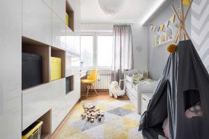 Pokój został tak urządzony, by rósł razem z właścicielką. Meble są pojemne i praktyczne – nie ma potrzeby wymiany ich gdy dziecko podrośnie. Wystarczy zmiana dodatków i wnętrze doskonale sprawdzi się dla nastolatki, zarówno pod względem funkcjonalnym, jak i stylistycznym.