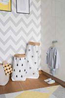 Delikatna szaro-biała tapeta zygzak jest jednym z wielu geometrycznych akcentów w tym pomieszczeniu. Zestawione razem nie kłócą się ze sobą, ale wzajemnie dopełniają. Idealnie pasują do tego wnętrza. Dresik i buciki Titot czekają na jutrzejszą wyprawkę do przedszkola. W bawełnianym koszu i papierowych, bardzo wytrzymałych torbach So lovely przechowuje zabawki oraz chustę XL geometric.