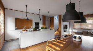 Pani domu chciała mieć wymarzoną białą kuchnię z wyspą oraz dębowy stół w jadalni. Inwestorowi natomiast zależało, aby goście czuli tu się jak u siebie w domu.