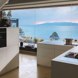 Ponadczasowa aranżacja kuchennego wnętrza bazuje na przemyślanej, uniwersalnej stylistyce zabudowy oraz urządzeniach kuchennych wysokiej jakości. Fot. Franke