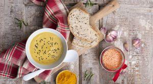 Zima to czas w którym szczególnie chętnie sięgamy po rozgrzewające i sycące potrawy. Krem z soczewicy z dodatkiem kurkumy, czarnuszki i orientalnych przypraw, to wyśmienita kompozycja pełna aromatu, o wyjątkowo pysznym, serowym smaku.