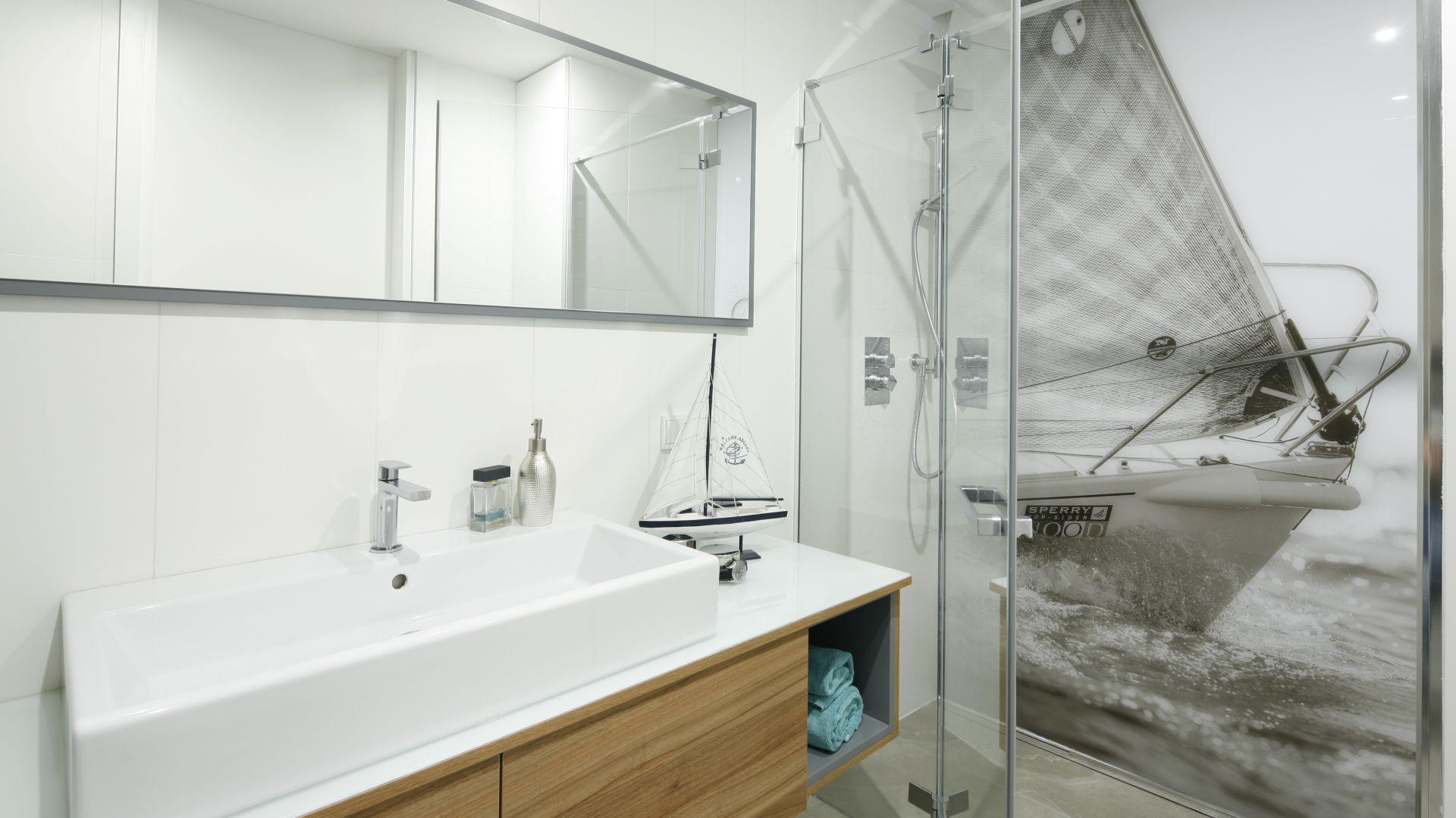 Łazienka z prysznicem. Projekt: Przemek Kuśmierek. Fot. Bartosz Jarosz