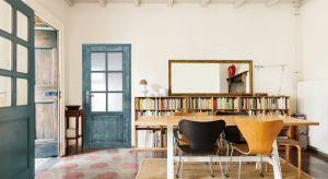 Technika postarzania, widoczne przetarcia stwarzają interesujący efekt wizualny na tle gładkiej ściany i sprawiają, że drzwi dopasowane do stylizowanych wnętrz pełnią nie tylko funkcję użytkową, ale i ozdobną.