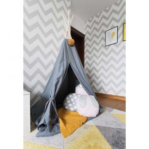Gdy mała właścicielka pokoju potrzebuje odpocząć po pełnym wrażeń dniu z rówieśnikami, chowa się do uroczego teepee. Dekoracyjne poduszki oraz koc ułatwiają spokojną, popołudniową drzemkę. Projekt i zdjęcia: Kamila Snela / Wnętrzomania