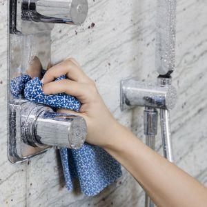 Porządki w łazience: ściereczka Anti Kalk marki Vileda. Fot. Vileda