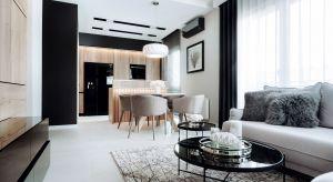 Początkowo 53-metrowe mieszkanie oferowało dwa pokoje, aneks kuchenny z niewielkim salonem i małą łazienkę. Głównym życzeniem inwestorów było stworzenie nowoczesnego wnętrza z funkcjonalną kuchnią i przytulnym salonem. Projektantka postanowi