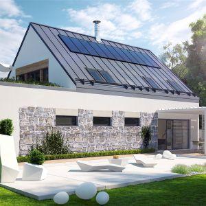 Współczesny charakter domu akcentuje modny dach bez okapu, a także naturalne drewno, które ociepla elewację i sprawia, że całość prezentuje się szlachetnie, a jednocześnie bardzo przytulnie. Dom Sam II G2 Energo Plus. Projekt: arch. Artur Wójciak. Fot. Pracownia Projektowa Archipelag