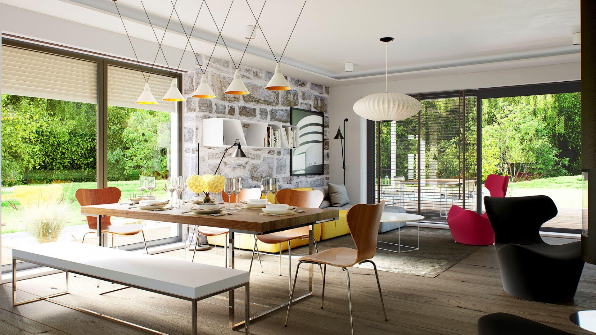 Reprezentacyjny salon połączony z tarasem umożliwia swobodną aranżację i zapewnia pełną harmonię domu z ogrodem. Szerokie przeszklenia zastosowane w projekcie gwarantują doskonałe doświetlenie i wspaniale wzbogacają wnętrze widokiem otaczającego krajobrazu. Dom Sam II G2 Energo Plus. Projekt: arch. Artur Wójciak. Fot. Pracownia Projektowa Archipelag