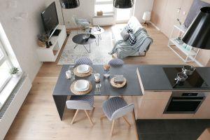 Widok ze schodów na kuchnię i salon. Zdjęcia: Biuro Architektoniczne ArchOMEGA