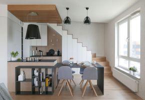 Kuchnia pod schodami. Zdjęcia: Biuro Architektoniczne ArchOMEGA