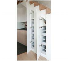 Pod schodami znajdują się kuchenne szafki. Zdjęcia: Biuro Architektoniczne ArchOMEGA