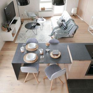 Widok ze schodów na kuchnię i salon. Projekt i zdjęcia: Aleksandra Pater-Bartnik / ArchOmega Studio