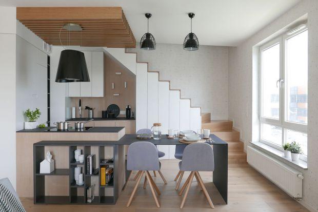 """Pomysłowe mieszkanie z kuchnią """"pod schodami"""""""
