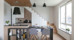 Główne założenia projektu tego mieszkania były dwa: dużo forniru i proste, białe szafki.Wystarczyło dodać do tego kreatywność i niebanalne pomysły projektantki, by udało sięz nich zbudować zgrabną całość.