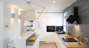 W domach jednorodzinnych najczęściej możemy spotkać duże i przestronne wnętrza kuchenne. Jeśli dobrze urządzimy to pomieszczenie to stanie się ono miejscem spotkań w gronie rodziny i przyjaciół.