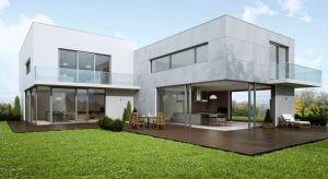 Nowoczesny budynek ma być jasny i przestronny. Osoby budujące dom coraz chętnej otwierają salon lub jadalnię na ogród, wybierając wielkogabarytowe okna czy drzwi tarasowe.