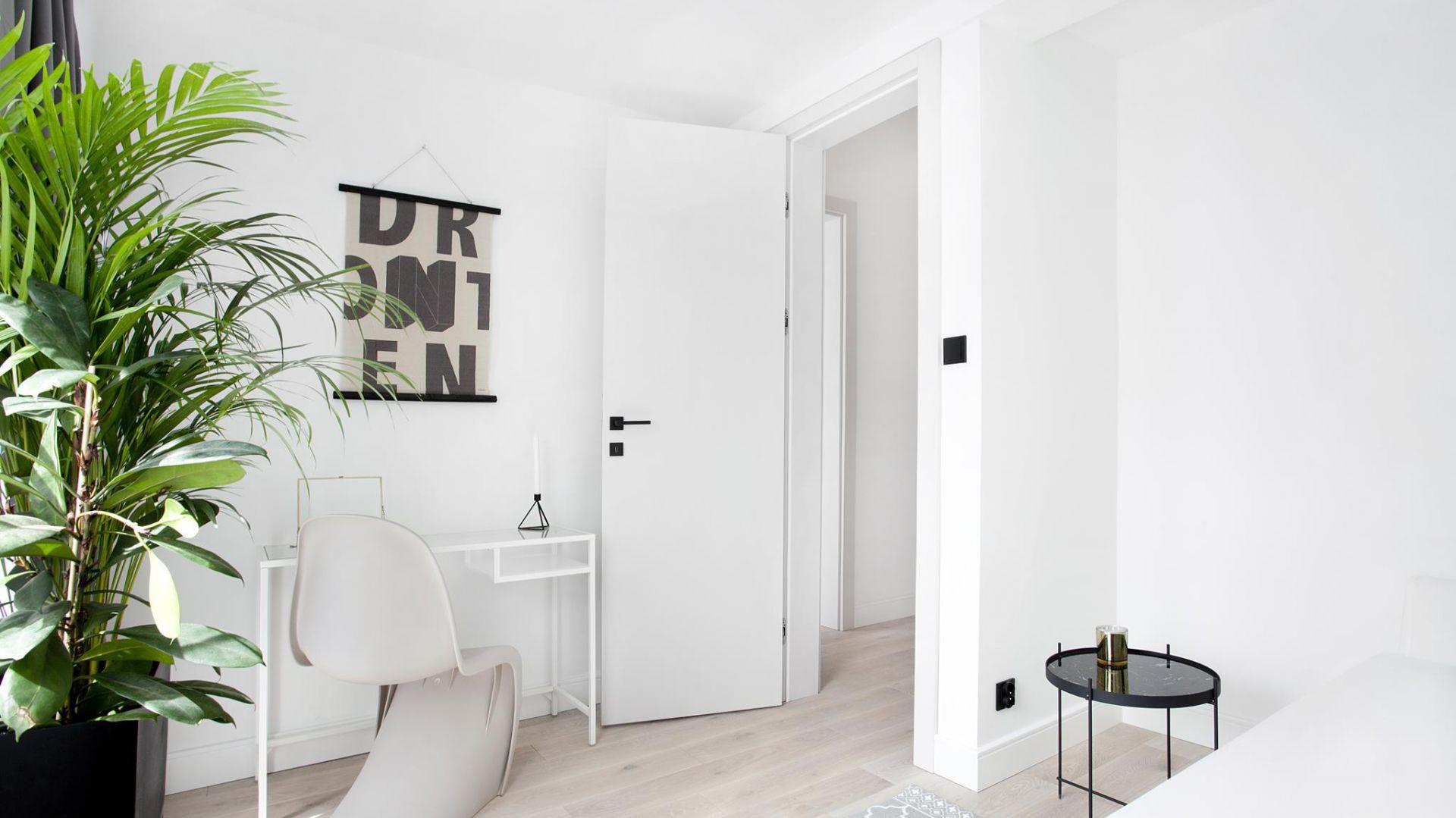 Na określony styl wnętrza ma wpływ  wiele czynników – kolory, faktura, kształty. Wybór mebli, dodatków i elementów wykończenia budują ten konkretny styl. Tak jest również z drzwiami. Fot. Inter Door