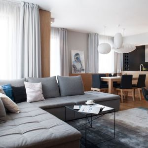 Podstawowym elementem wystroju apartamentu stało się naturalne, dębowe drewno. Fot. Adam Ościłowski