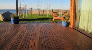 Drewniany taras to wielofunkcyjna przestrzeń, która służy nam nie tylko do odpoczynku, ale również stanowi idealne miejsce do spotkań w gronie przyjaciół i wspólnych posiłków w ciepłe dni. Warto jednak pamiętać o tym, że aby cieszyć się