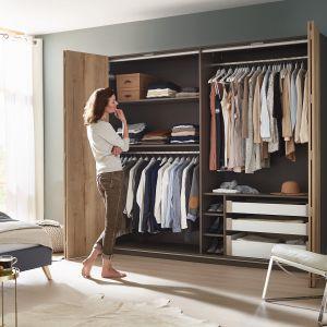 System do drzwi składanych Wingline L pozwala jednocześnie odsłonić całe wnętrze szafy. Fot. Hettich