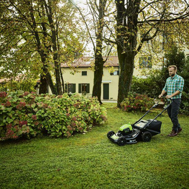 Kosiarka do ogrodu - spalinowa czy akumulatorowa?