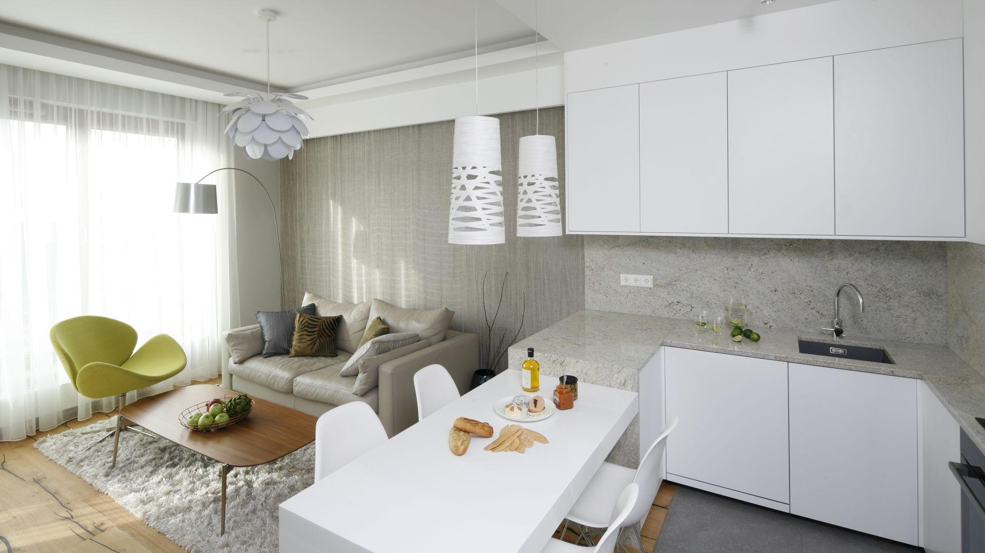 Zlokalizowany nad morzem apartament urzeka czystą, lekką formą aranżacji. Projekt: Agnieszka Hajdas-Obajtek. Fot. Bartosz Jarosz