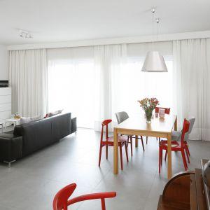 Białe wnętrze ożywiają kolorowe meble. Projekt: Joanna Ochota. Fot. Bartosz Jarosz