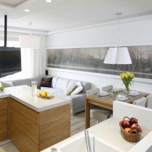 To mieszkanie mimo niewielkiego metrażu jest urządzone nowocześnie, wygodnie i przytulnie. Nie brakuje tu ciekawych rozwiązań funkcjonalnych czy dekoratorskich. Projekt: Małgorzata Mazur. Fot. Bartosz Jarosz