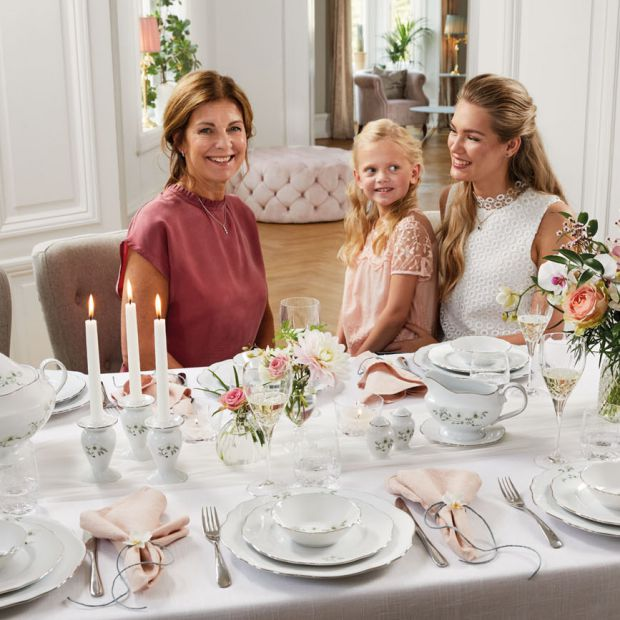 Piękna porcelana: stół udekorowany kwiatami