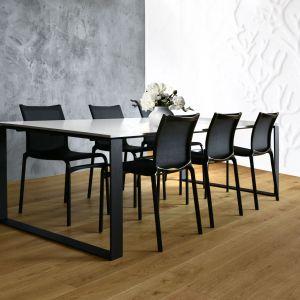 Stół Berry można zamówić z blatem z lakierowanego na wysoki połysk MDF-u, fornirowanym lub szklanym, Fot.  Rosanero,