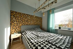 W sypialni uwagę zwraca oryginalne oświetlenie nad łóżkiem. Projekt i zdjęcia: Szymon Kamiński / Koncept Beautiful Inside