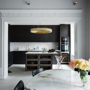 Kuchnię z kolekcji BISTRO wyróżnia prosta nowoczesna forma, której elegancję podkreślają marmurowe blaty. Fot. Ballingslöv