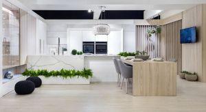 Eleganckie połączenie czerni z bielą, stylowe dodatki, zdobienia i połysk. Kuchnia w stylu glamour zachwyca swym reprezentacyjnym wyglądem.<br /><br /><br /><br />