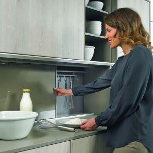 System Slide Line M pozwala ukryć dodatkową przestrzeń do przechowywania za estetycznym frontem przesuwanym. W ten sposób  kuchenne drobiazgi mogą być pod ręką, ale nie na widoku. Fot. Hettich