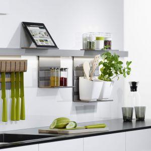 W małej kuchni warto wykorzystać przestrzeń pomiędzy górną a dolną zabudową, by mieć w zasięgu najpotrzebniejsze akcesoria. Fot. Peka