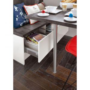 W małej kuchni liczy się każdy centymetr. Szuflada pod siedziskiem to także dobre miejsce na schowek. Fot. Verle Kuchen (kolekcja Focus)