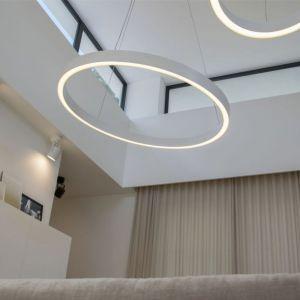 Otwarta strefa dzienna z salonem i jadalnią. Projekt: Studio.O. organic design