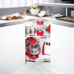 W przypadku małych kuchni idealnie sprawdza się obrotnica REVO , która umożliwia maksymalne wykorzystanie powierzchni w rogach nawet niewielkiego pomieszczenia.  Fot. Peka
