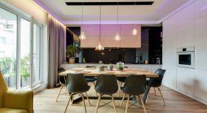 Młoda inwestorka urządzając swe pierwsze mieszkanie marzyła o przestronnym wnętrzu, które sprzyjałoby spędzaniu czasu w gronie bliskich i znajomych. Do współpracy zaprosiła więc zaprzyjaźnioną architekt Małgorzatę Mataniak-Pakułę.