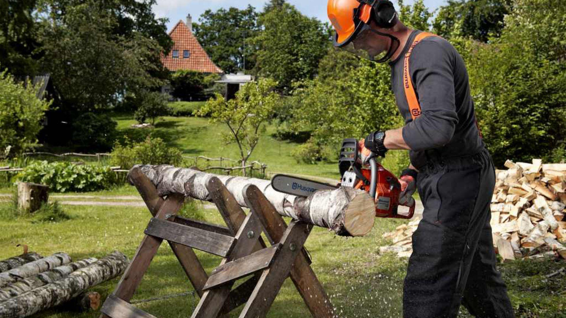 Niezbędnikiem w naszym ogrodzie, który doskonale radzi sobie z przycinaniem gałęzi drzew jest pilarka akumulatorowa. Fot. Husqvarna