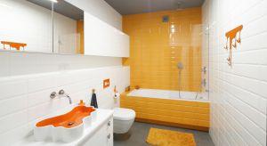 Kontrast, kolor i intrygujące detale – tak w skrócie można opisać wnętrze łazienki. Z połączenia odrębnych wizualnie elementów udało się stworzyć ciekawą i dynamiczną przestrzeń.<br /><br />