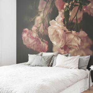 Tapeta z kolekcji Dark Florals prezentuje piękne kwiaty w dużym powiększeniu. Fot. Pixers