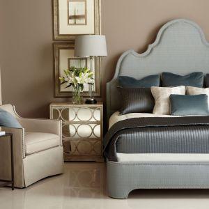 Łóżko tapicerowane Palatino zdobione stalowymi ćwiekami. Fot. Bernhardt