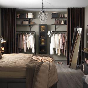 Lustro Karmasund można powiesić na ścianie lub postawić. Ma ukryty z tyłu wieszak. Fot. IKEA