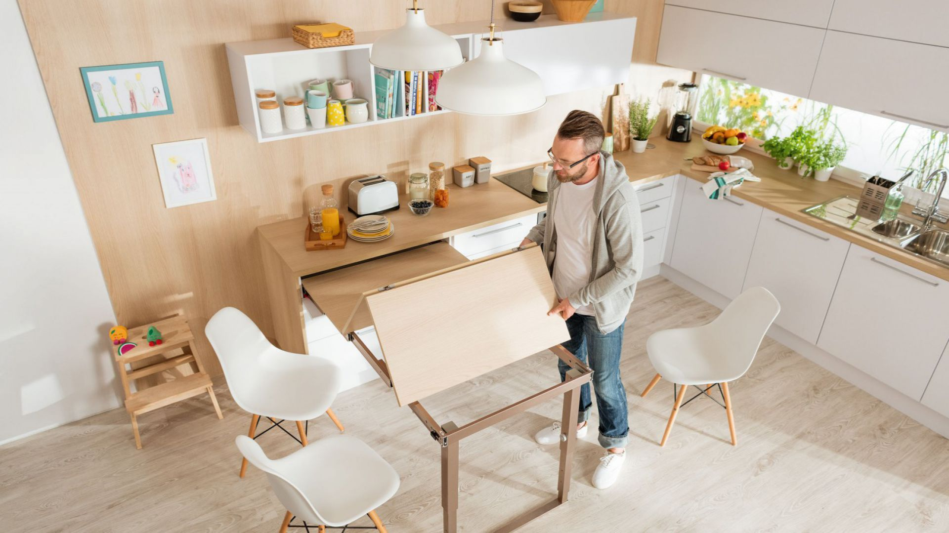 Blat ze schowanym w szufladzie stołem pozwala uzyskać nawet dodatkowe 140 cm długości i 90 cm szerokości. Fot. Häfele